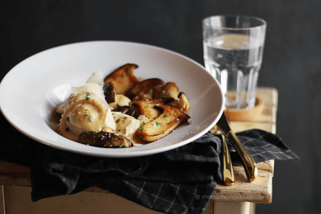 lachs ravioli rezept mit gebräunter butter und kräuterseitlingen